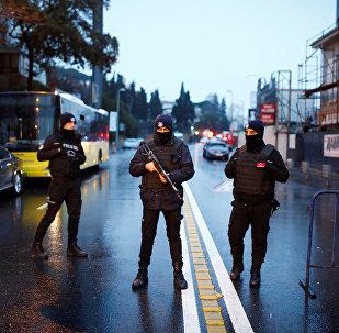 Турецкие полицейские на месте теракта в стамбульском ночном клубе, 1 января 2017 года