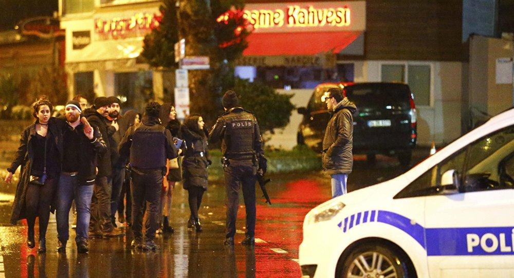 Partlayış baş verən gecə klubunun qarşısında polislər, İstanbul, 1 yanvar 2017-ci il
