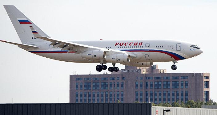 Российский самолет с дипломатами на борту приземляется в вашингтонском аэропорту имени Даллеса, 31 декабря 2016 года, Стерлинг, штат Вирджиния, США