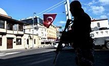 Сотрудник турецкого спецназа в районе Ортакей, недалеко от ночного клуба Рейна, где произошел теракт, Стамбул, 2 января 2017 года