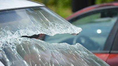 Разбитое лобовое стекло автомобиля, фото из архива