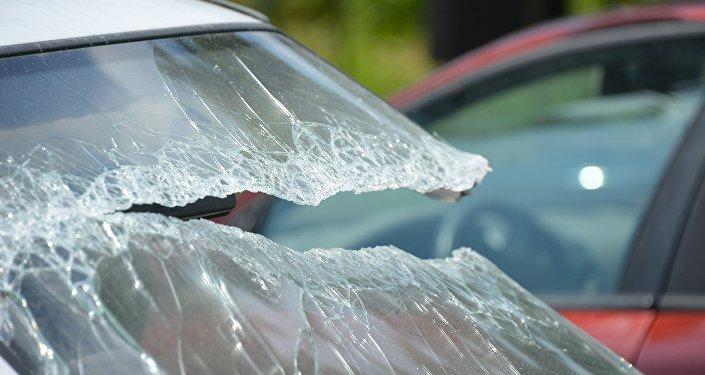 Sınmış avtomobil şüşəsi, arxiv şəkli