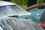 Разбитое стекло попавшего в аварию автомобиля, архивное фото