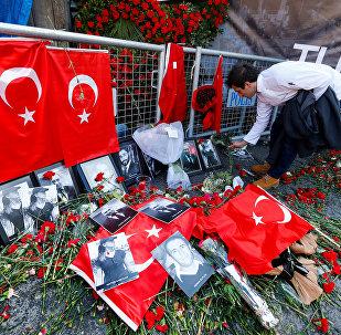 Цветы у входа в ночной клуб Рейна, где произошел теракт, Стамбул, 3 января 2017 года