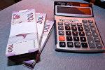 Пачки азербайджанских манатов и калькулятор