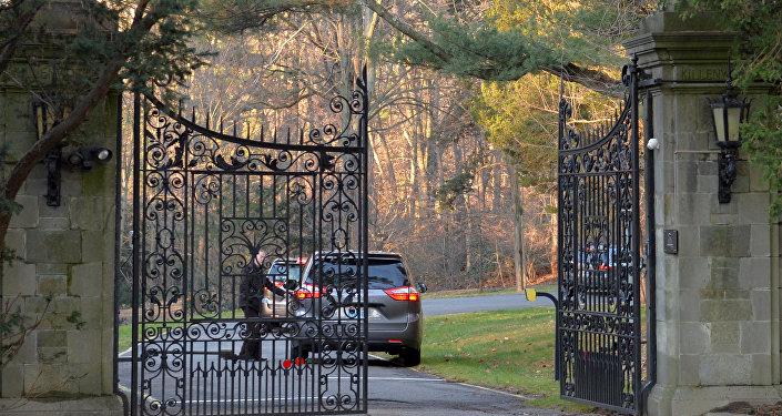 Автомобиль у ворот поместья Killenworth, Глен Коув, Лонг-Айленд, США, 30 декабря 2016 года