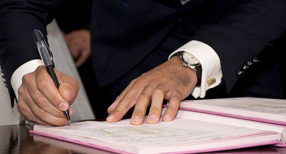 Sənəd imzalayan adam, arxiv şəkli