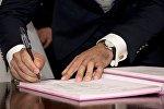 Müqavilə imzalayan adam, arxiv şəkli