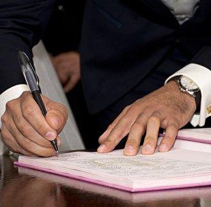 Əmr imzalayan adam, arxiv şəkli