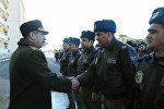 Müdafiə naziri general-polkovnik Zakir Həsənov mənzil sahiblərinə açarları təqdim edərkən