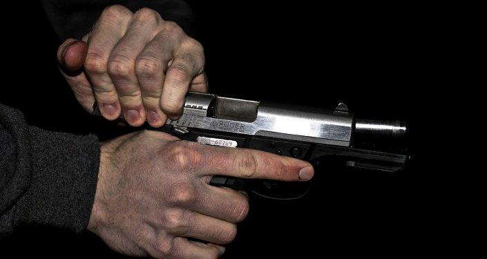 Мужчина с пистолетом в руке, фото из архива