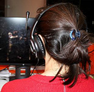 Девушка играет в компьютерную игру, фото из архива