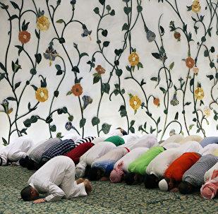 Во время молитвы в мечети шейха Зайда в Абу-Даби, ОАЭ, фото из архива