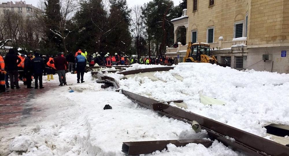 ВСтамбуле крыша мечети рухнула из-за снегопада, есть жертвы
