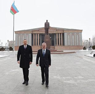 İlham Əliyev ümummilli lideri Heydər Əliyevin Naxçıvan şəhərinin mərkəzində ucaldılan abidəsini ziyarət edib