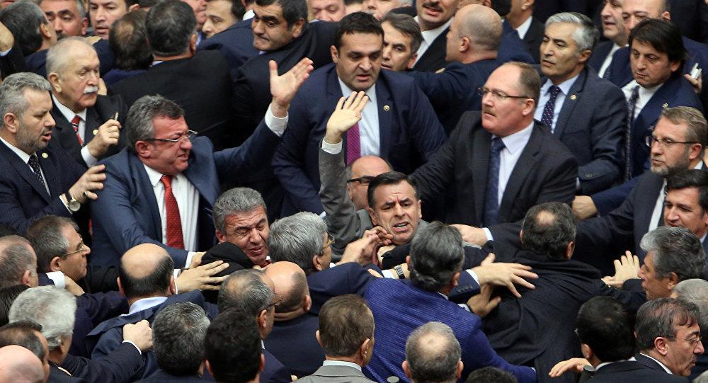 Турецкие народные избранники  устроили драку из-за конституционной реформы