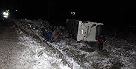 В турецкой провинции Конья съехал на обочину и перевернулся пассажирский автобус