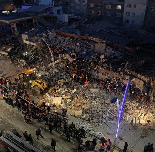 İstanbulun Zeytunburnu qəsəbəsində çökən bina