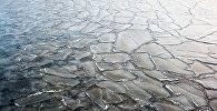 Səthi buz bağlamış göl, arxiv şəkli