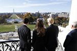 Vaşinqton, Kapitoli, ABŞ-ın seçilmiş prezidenti Donald Tramp and içəcəyi yerə baxarkən