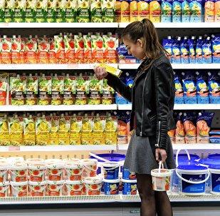 Покупательница в торговом центре, фото из архива