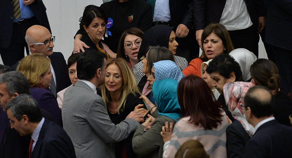 Парламент Турции одобрил первые поправки вконституцию, расширяющие полномочия президента