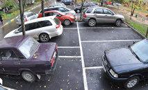 Автомобильная парковка во дворе жилого дома, фото из архива