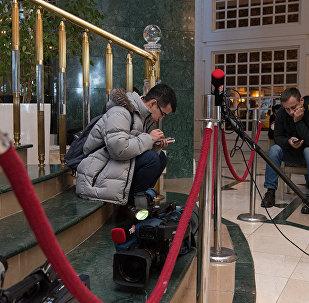 Представители СМИ в ожидании спикеров и комментариев о ходе межсирийских переговоров.