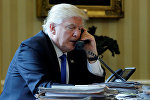 Президент США Дональд Трамп в ходе телефонного разговора с российским президентом Владимиром Путиным, Белый дом, 28 января 2017 года