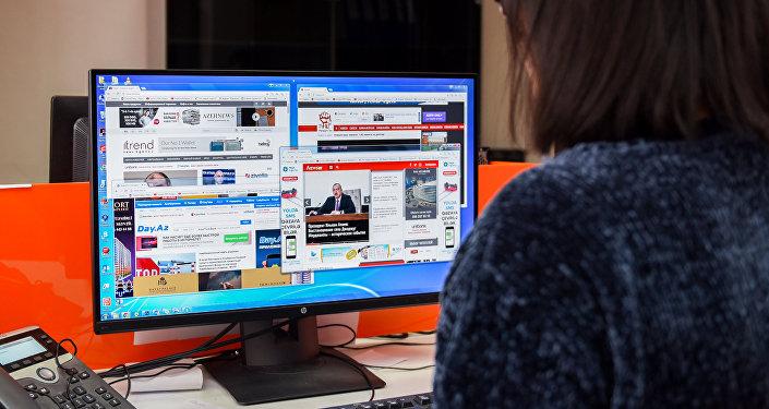 Девушка за просмотром местных новостных сайтов