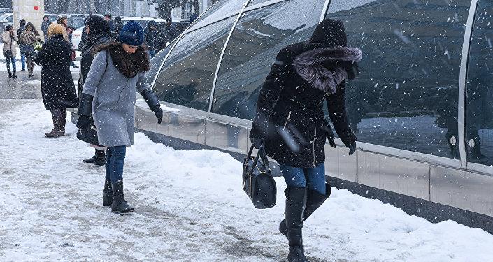 Buzda sürüşən piyadala