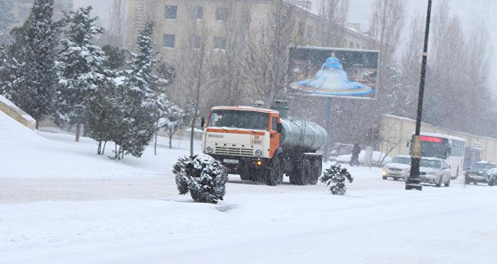 Обильный снегопад в Баку