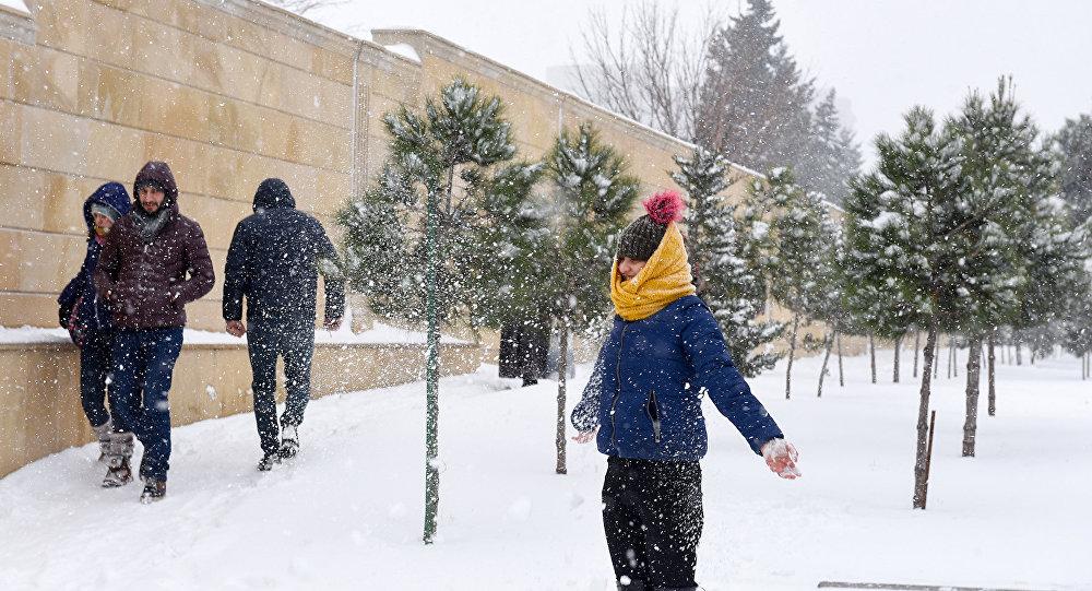 Снег в Баку — кому в радость, а кому в тягость