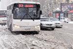 Автобусы на заснеженных улицах Баку