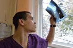 Врач-травматолог смотрит на рентгеновский снимок, фото из архива