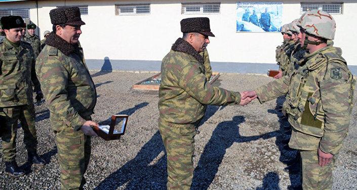 Müdafiə naziri ön xətdə yerləşən bölmələrin hazırlığını yoxlayıb