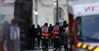 Французские полицейские и пожарные у Пирамиды Лувра в Париже, 3 февраля 2017 года