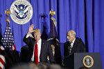 Президент Дональд Трамп и Министр внутренней безопасности Джон Келли в МВБ США, 25 января 2017 года