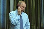 Президент России Владимир Путин во время телефонного разговора, фото из архива