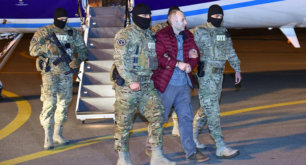 Российско-израильский блогер Александр Лапшин в сопровождении сотрудников Генпрокуратуры