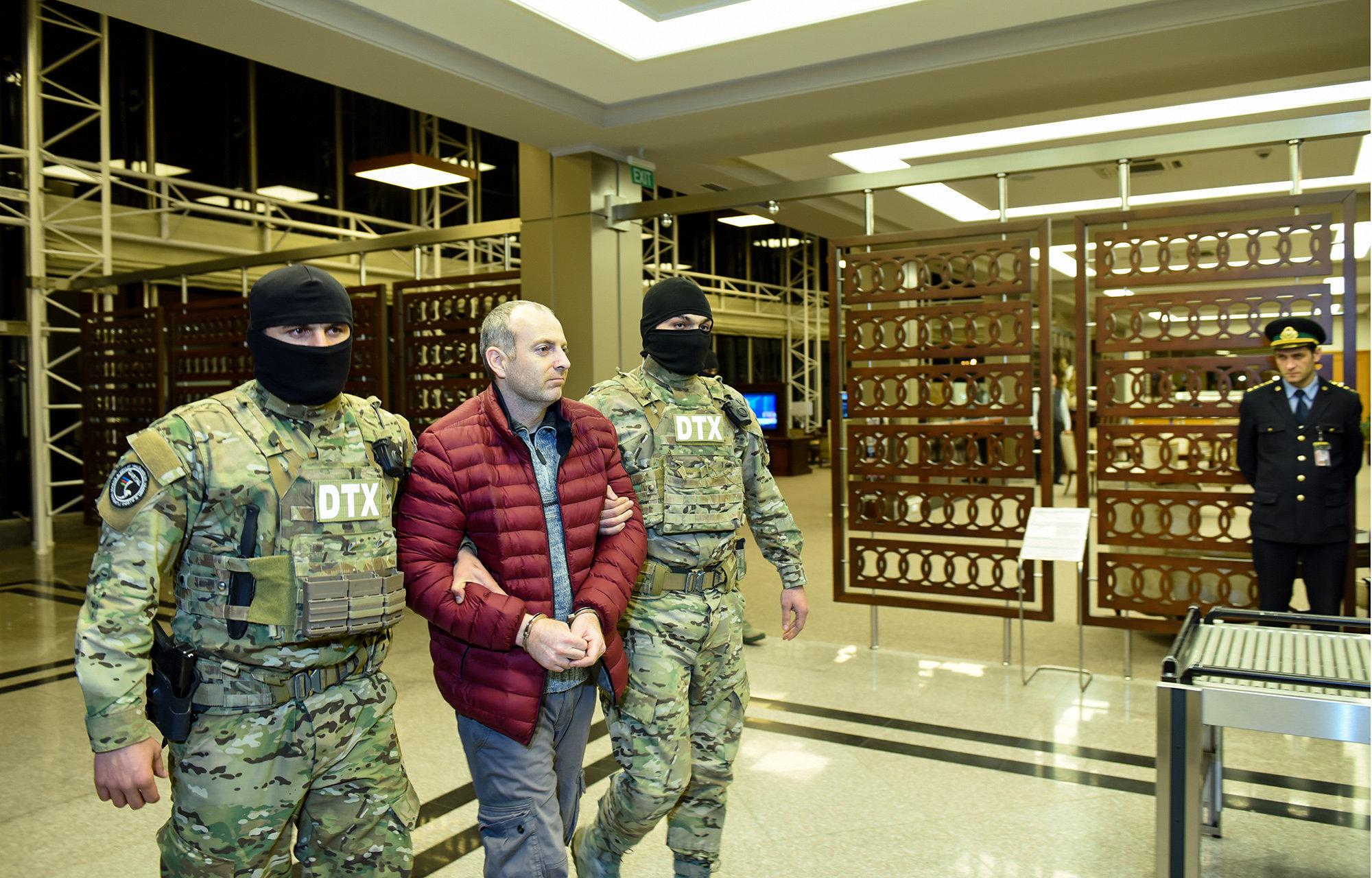 Блогер Александр Лапшин в сопровождении сотрудников Генпрокуратуры