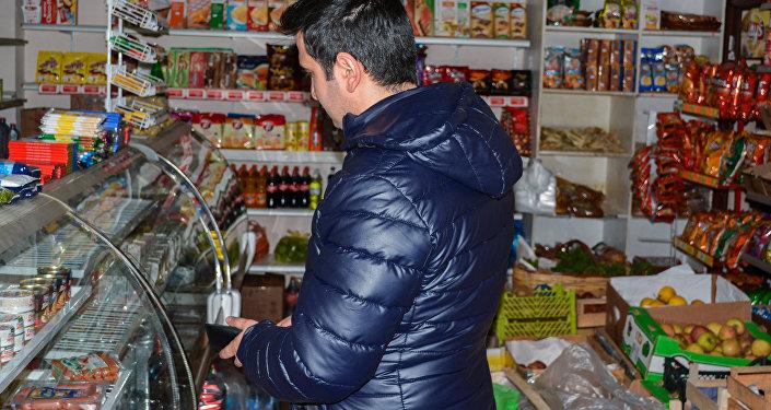 Мужчина у витрины магазина, фото из архива