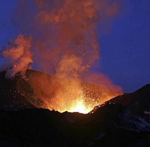 Vulkan püskürməsi, arxiv şəkli