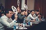 Члены жюри дают оценку выступлению участников КВН юниор Лига