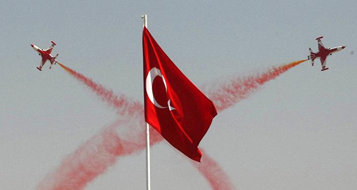 Пилотажная эскадрилья ВВС Турции выполняет маневры в ходе церемонии, посвященной 88 годовщине победы в битве при Думлупинаре, финального сражения Турции за независимость в 1922 году, Анкара, 30 августа 2010 года