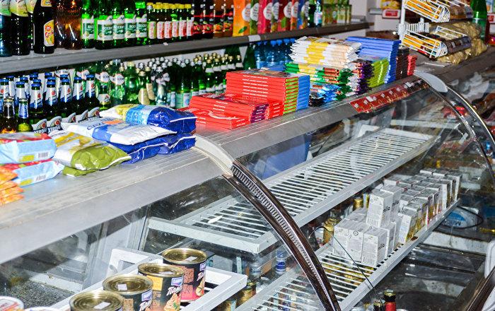 Витрина магазина в Баку, фото из архива
