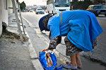 Женщина, убирающая улицы, архивное фото