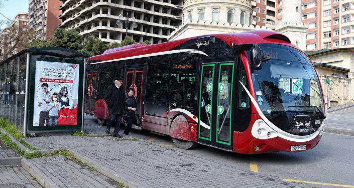Автобус на остановке в Баку, архивное фото