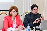 Сотрудник Sputnik Азербайджан Эльнур Салаев в ходе тренинга для представителей азербайджанских СМИ по дате-журналистике