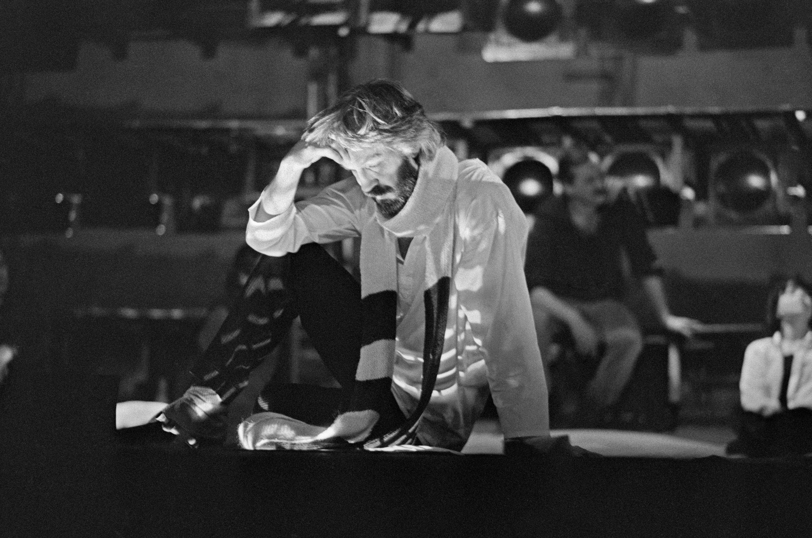 Советский и российский актер кино и Театра драмы и комедии на Таганке, Народный артист России Борис Алексеевич Хмельницкий (1940-2008) во время репетиции спектакля Владимир Высоцкий в Театре на Таганке